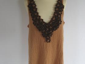 Strikket kjole med blomster af merino garn