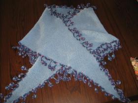 Strikket sjal med hæklet kant