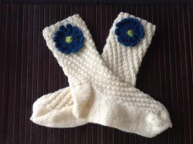 Strikkede sokker med blomst