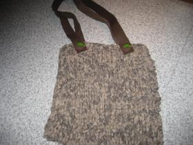 Taske strikket af stofstrimler